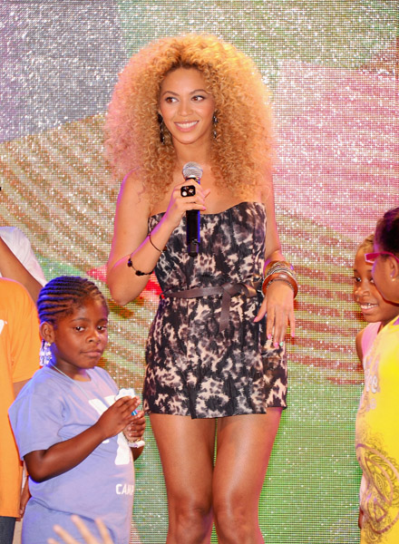 Beyonce-Knowles-with-fans-helps-celebrate-the-one-year-anniversary-of-Target-East-Harlem-on-June-30-2011-in-New-York-City