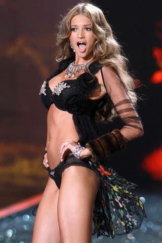 Kylie Bisutti 2009 Victoria's Secret runway show