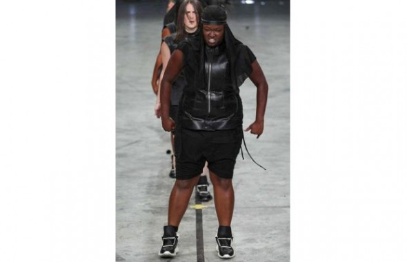 Fashion news - Rick Owens step troupe on the runway