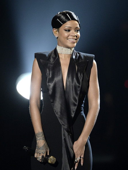 30 most memorable looks from the 2013 American Music Awards - Rihanna accepts the AMA Icon Award onstage during the 2013 American Music Awards